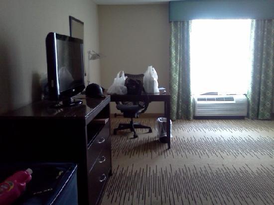 Hilton Garden Inn Cincinnati/Mason: Tv and desk