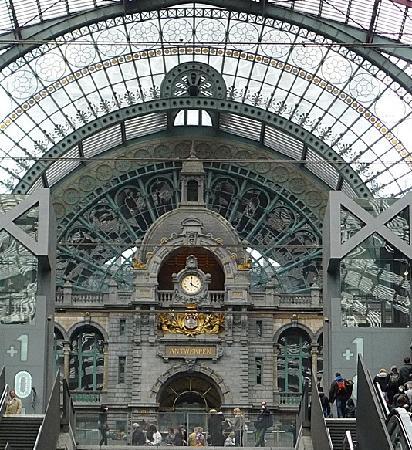 Bahnhof Antwerpen-Centraal: clock