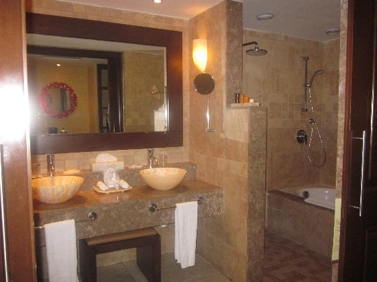 Barcelo Maya Palace: Junior Deluxe Bathroom (two sinks & showers)