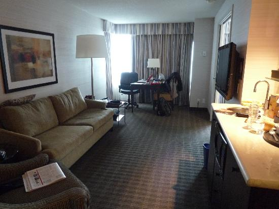 Cambridge Suites Toronto: Room Lounge Area