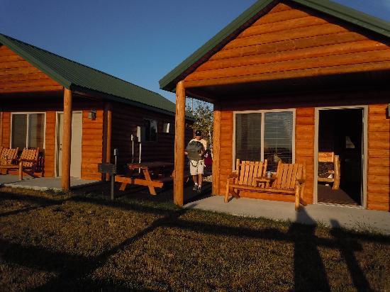 Frontier Cabins Motel: Outside cabin 25