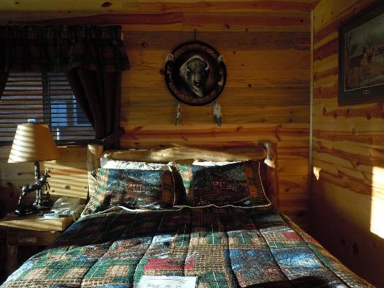 Frontier Cabins Motel: Comfortable Bed