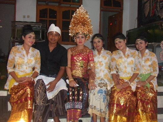 Up and Away Bali Tours: fhoto balinese costum