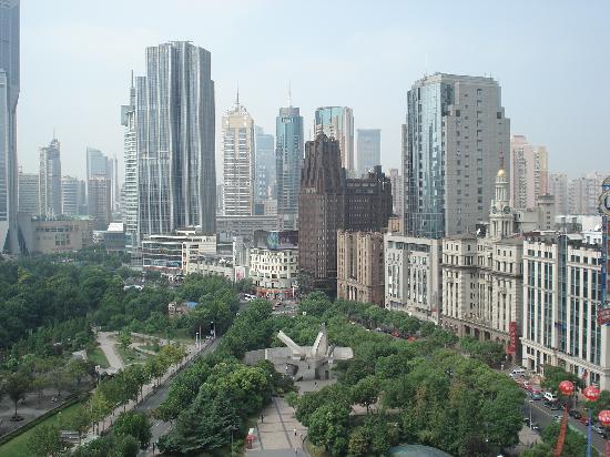 โรงแรมเลอ รอยัล เมอริเดียน เซี่ยงไฮ้: View from pool area