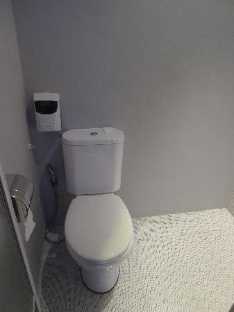 Bliss Boutique Hotel: clean toilet