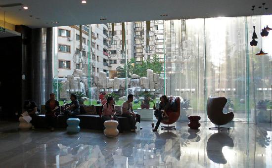 ฮอลิเดย์ อินน์ เอ็กซ์เพรส เป่ยจิง ตงจื๋อเหมิน: lobby with view of waterfall garden