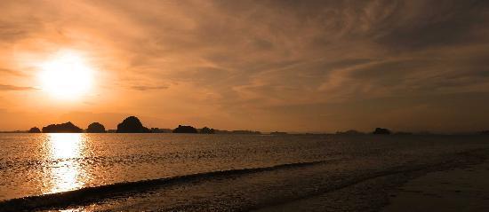 อัญญาวี ทับแขก บีช รีสอร์ท: sun set at Tubkaek beach