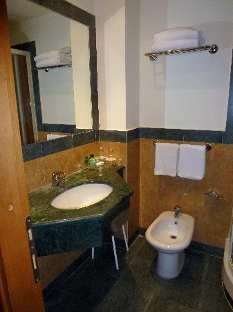 โรงแรมอิมพีโร: bathroom