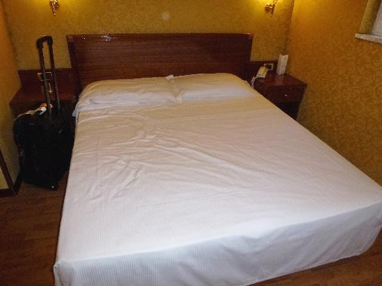 โรงแรมอิมพีโร: bed