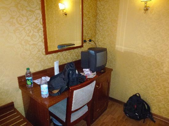โรงแรมอิมพีโร: desk area