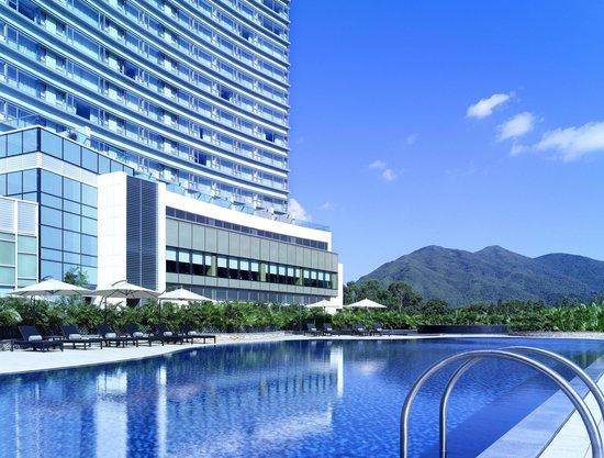 Pool Bar - Hyatt Regency Hong Kong, Sha Tin: Pool Bar overlooks hotel swimming pool