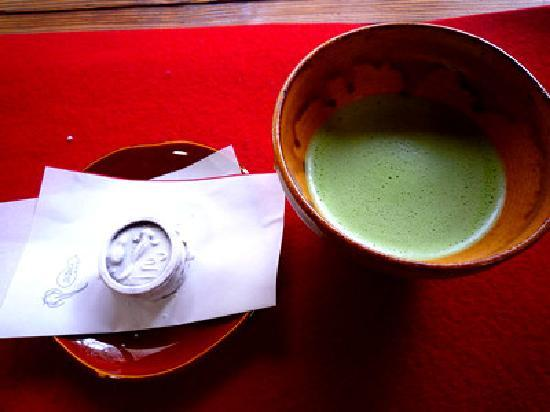 สวนไทโซอิน: なまずが描かれた茶菓子