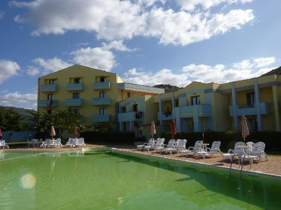 Hotel Isola Rossa: Hotel et piscine
