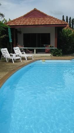 Sansuko Ville Bungalow Resort: The pool with our bungalow behind