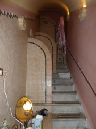 Palazzo Maggiore: Bathroom on marble stairs