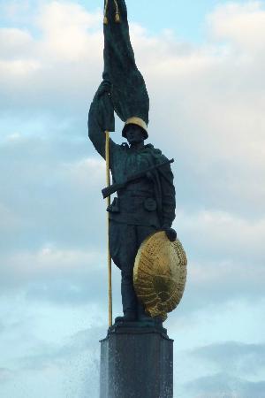 """Schwarzenbergplatz: commemorates the 17,000 Soviet soldiers that died in the """"Battle for Vienna"""""""