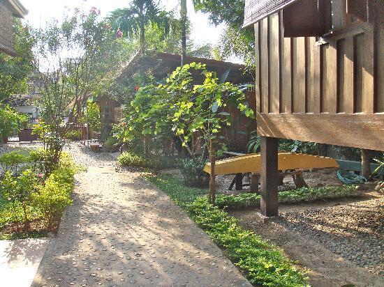 Auberge Sala Inpeng (Mekong Riverside Inn): Looking towards the front gate