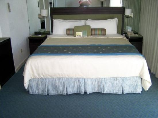 The New Otani Kaimana Beach Hotel: Deluxe Ocean View w/King Bed