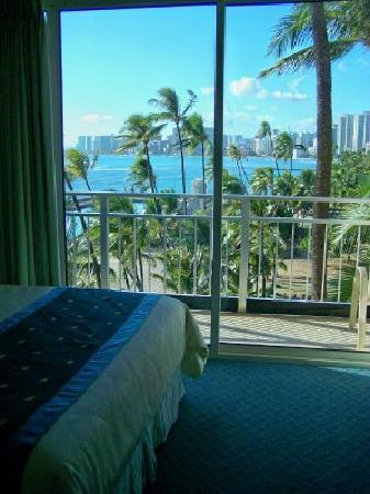 The New Otani Kaimana Beach Hotel: Nice View - parkside - 4th floor