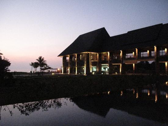 อินเตอร์คอนทิเน็นทอลฟิจิกอล์ฟรีสอร์ทแอนด์สปา: View from the buffet restaurant at night