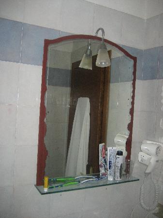 Relais Il Campanile: Das um den Spiegel ist kein Dekorrand, das ist Rost!