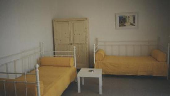 Villa Bozena: Yellow apartment living room