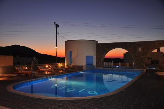 Tholaria, Grekland: SUNSET BY THE POOL