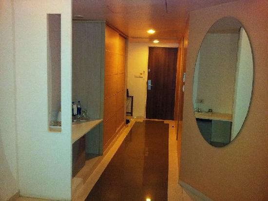 Seasons Hotel  - Rajkot: Washroom view 1