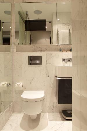 เอ็คเคิลส์ตั้น สแควร์ โฮเต็ล: Hi Tech Marble Bathrooms