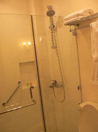 โรงแรมซิตี้ การ์เด้น สวีท: Shower area