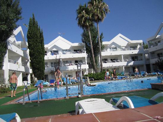 Apartamentos Habitat: pool and appartments