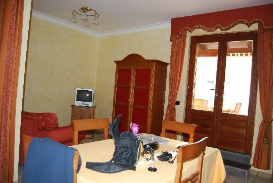 Residence Alberghiero Eolie: soggiorno con angolo cottura