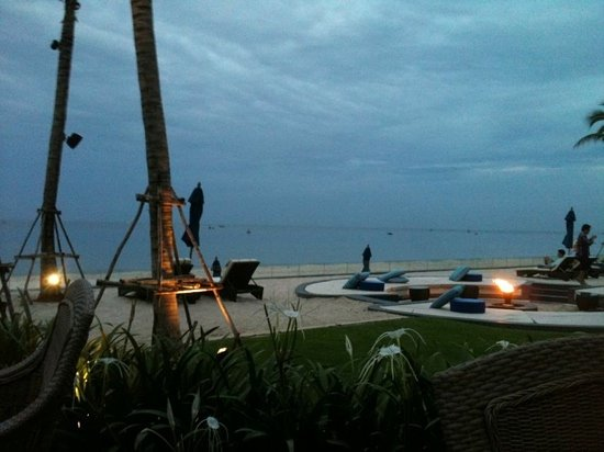 InterContinental Hua Hin Resort: Blick zum Strand vom Restaurant