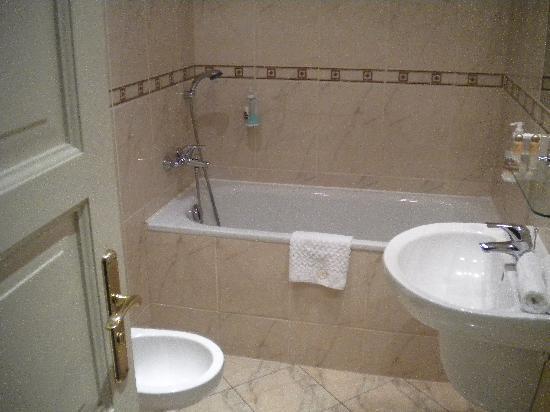 โรงแรมแรฟเฟลโล่: salle de bains