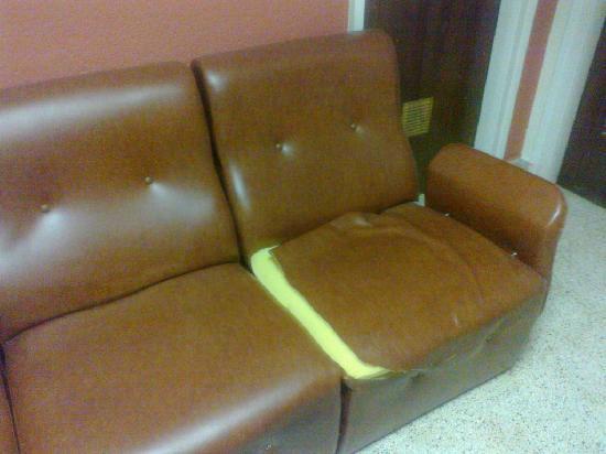 Hotel City M28: Sofa situado enfrente del ascensor, recien tapizado, bamos!!