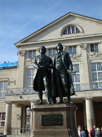Dorint Am Goethepark Weimar: Schiller_Goethe Denkmal