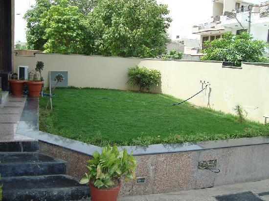 Globe Guest House: The front lawn landscaping