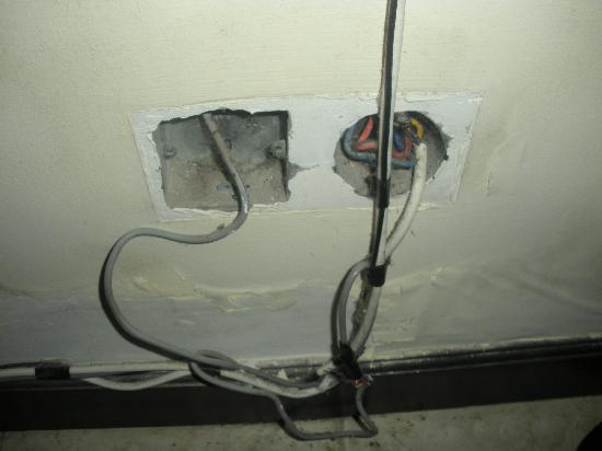 โรงแรมบลูพอยท์เบย์ วิลล่าส์ แอนด์ สปา: Holes in wall behind bed