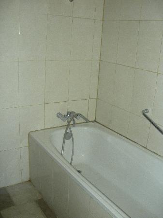 โรงแรมบลูพอยท์เบย์ วิลล่าส์ แอนด์ สปา: Manky bathroom in desperate need of renovation