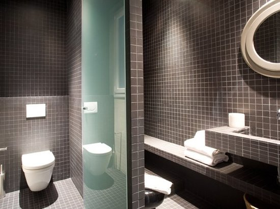 DestinationBCN Apartments & Rooms: One of the bathrooms at Principal