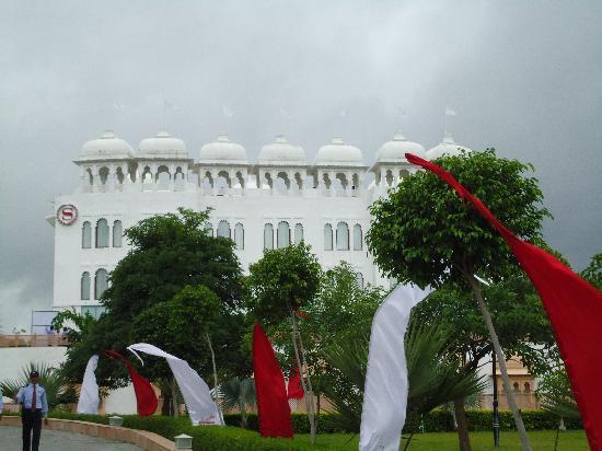เรดิสสัน บลู อุทัยปุระ พาเลซ รีสอร์ท แอนด์ สปา: hotel facade