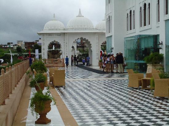 เรดิสสัน บลู อุทัยปุระ พาเลซ รีสอร์ท แอนด์ สปา: entrance to the lobby