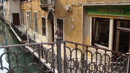 Vino Vino: exterior next to a bridge