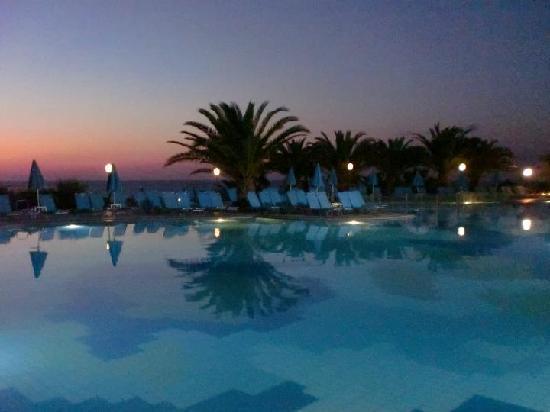 Iberostar Creta Panorama & Mare: Piscina principale di sera