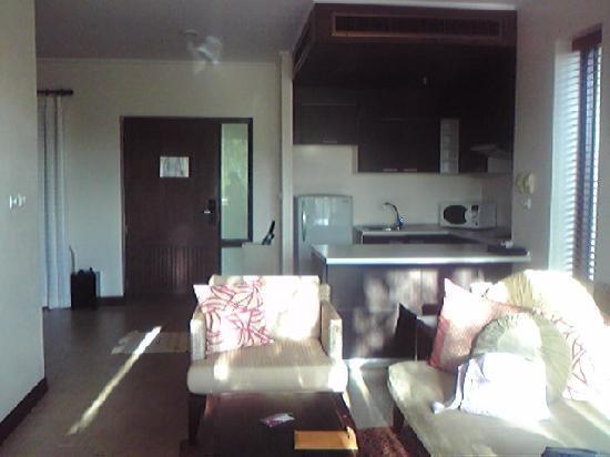 Absolute Chandara Resort & Spa: リビングの様子。キッチンもあります。