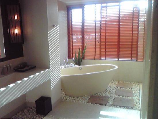 Absolute Chandara Resort & Spa: バスルーム。シャワールームも別にあります。
