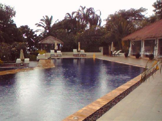Absolute Chandara Resort & Spa: フロント前にも大きなプールがあります。