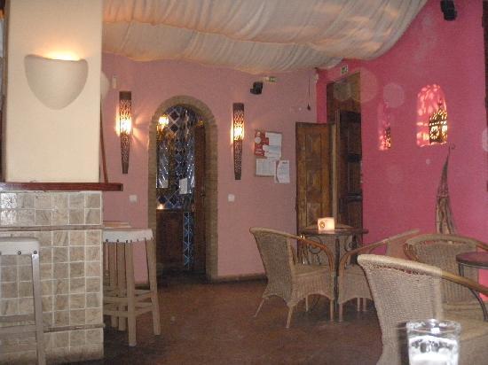 Janelas do Mar Apartments: wee pub