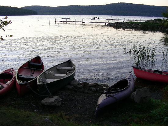 Bayside Inn & Marina: Canoes and Kayaks at the Beach