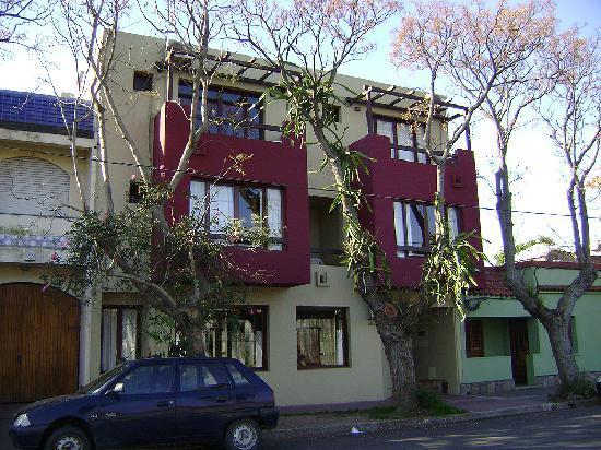 El Viajero Colonia Hostel & Suites: Prédio pequeno, poucos quartos, e atendimento de primeira.